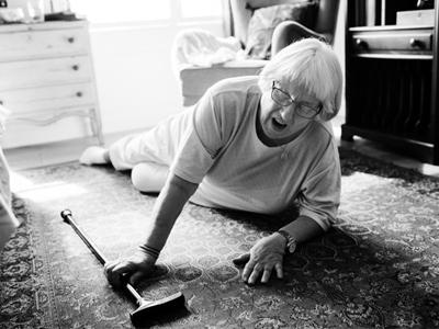 Cómo prevenir las caídas de las personas mayores